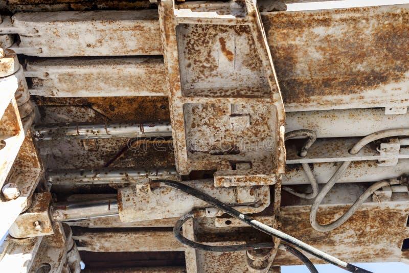 一个老残破的被放弃的矿钻子引擎的细节在欧罗斯拉尼村庄,在匈牙利 免版税库存图片