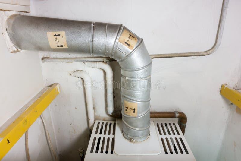 一个老气体加热锅炉的煤气管 库存照片