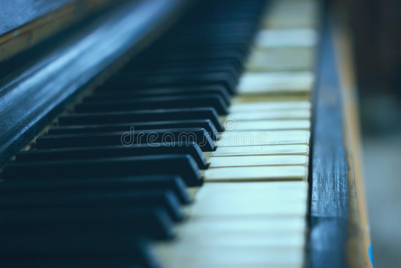 一个老琴键的特写镜头 免版税图库摄影