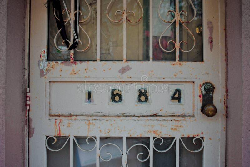 一个老生锈的金属门的特写镜头与数字的 免版税图库摄影
