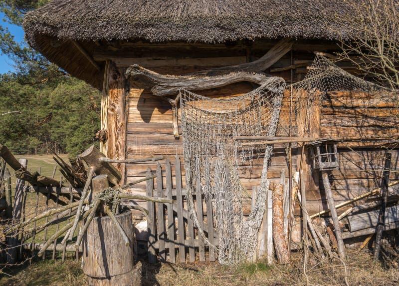 一个老盖的木棚子的片段 免版税图库摄影