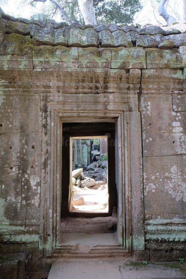 一个老石大厦的门道入口 在墙壁的一个段落 免版税图库摄影
