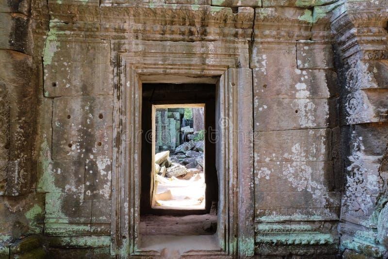 一个老石大厦的门道入口 在墙壁的一个段落 免版税库存图片