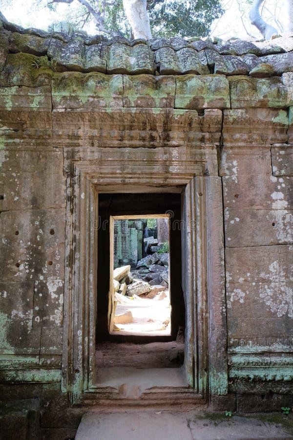 一个老石大厦的门道入口 在墙壁的一个段落 库存图片