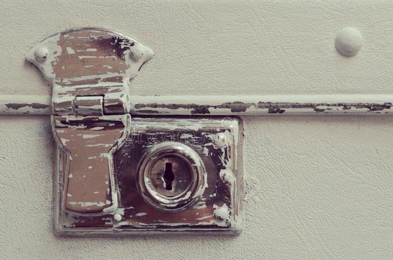 一个老破旧的皮革旅行手提箱的锁 库存图片