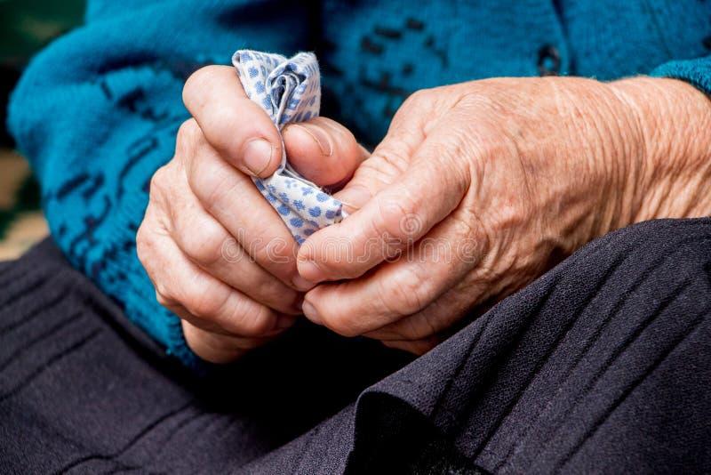一个老祖母在她的手上拿着一张手帕 一老woman_的手 免版税库存图片