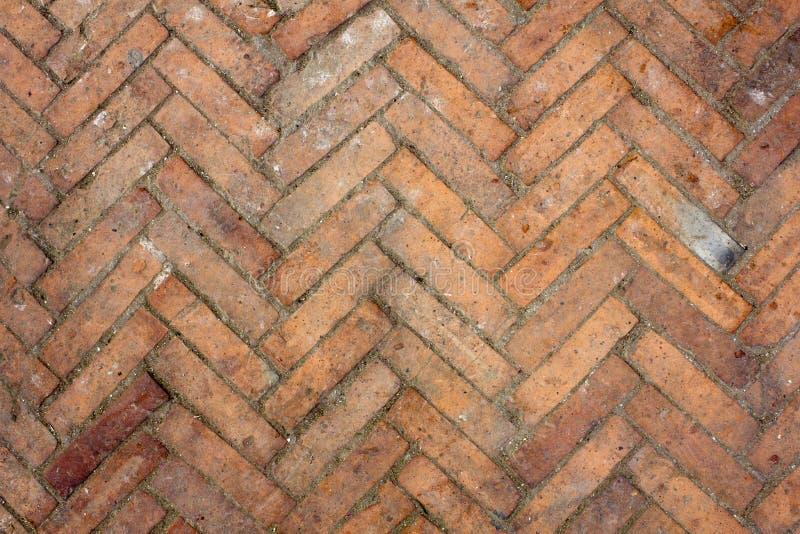 一个老肮脏的红砖木条地板 毛面纹理 与油漆和土污点的木条地板  库存照片