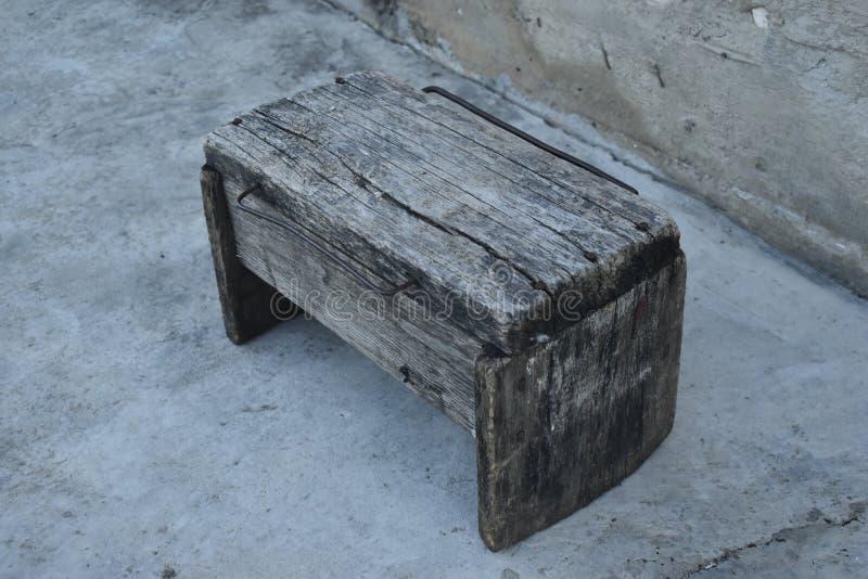 一个老腐烂的长木凳 库存图片