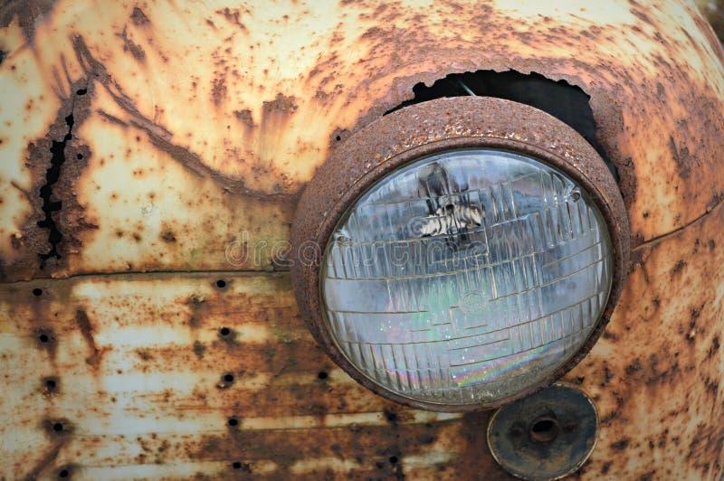 一个老臭虫的生锈的车灯 库存照片