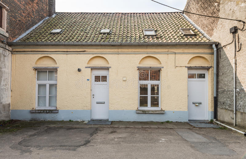 Download 一个老被放弃的房子的门面建造在两个大房子之间 库存照片. 图片 包括有 grunge, 粗砺, 前面, 经纪 - 30334728