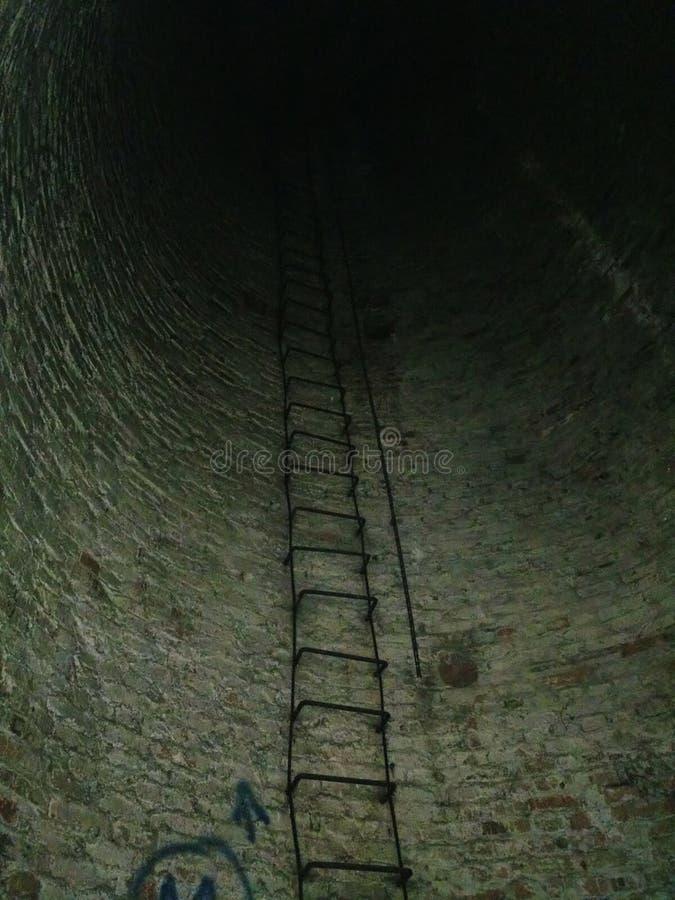 一个老被放弃的水驻地,从里面,梯子的一个看法 免版税库存图片