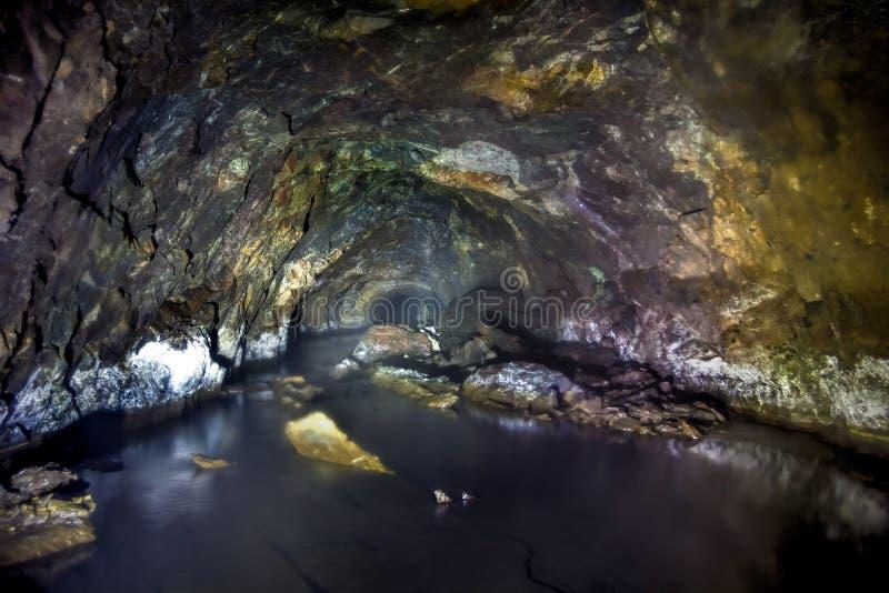 一个老被放弃的矿的隧道有台车生锈的残余的  免版税库存照片