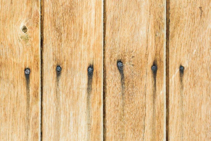一个老谷仓的黄色委员会墙壁 织地不很细和剥黄色pa 免版税图库摄影