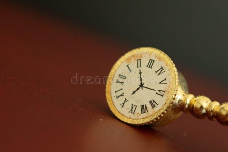 一个老金黄时钟或观看显示消失的时间 免版税库存照片