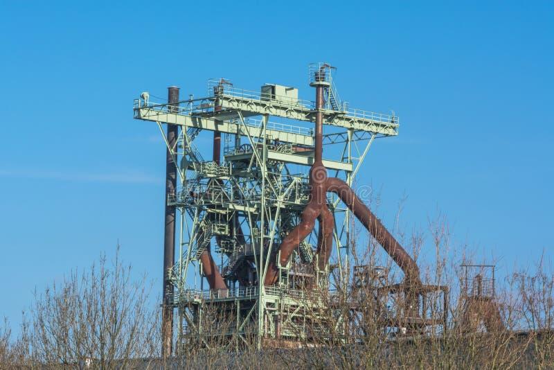一个老钢铁厂的看法鼓风炉 免版税图库摄影