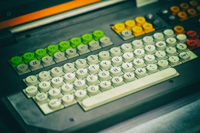 一个老键盘的片段有圆的按钮的,定调子特写镜头 免版税库存图片