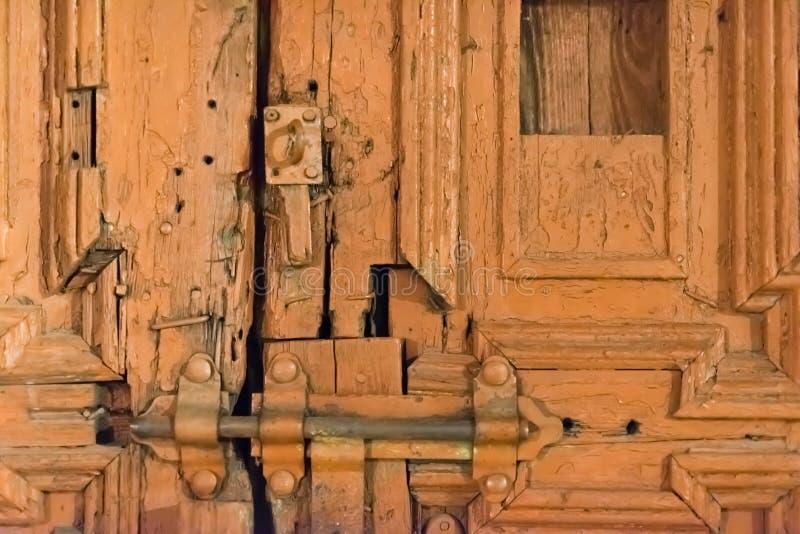 一个老门修理了与锁的临时代用品 免版税库存照片