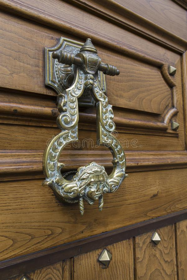 一个老门被雕刻的结的细节 图库摄影