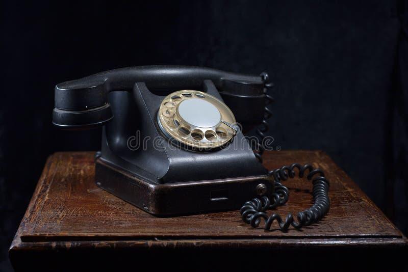 一个老,黑电话 特写镜头 在一张老,木桌上 库存照片