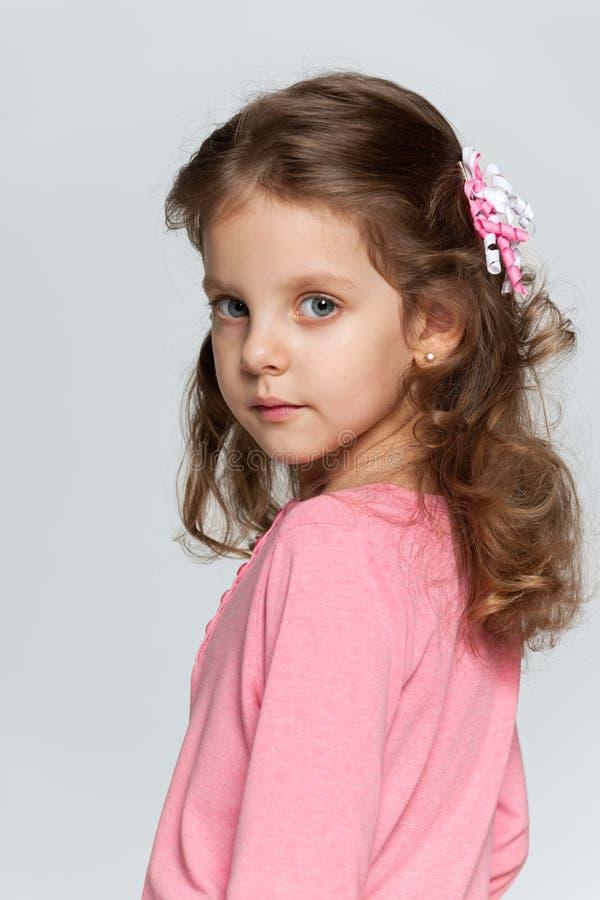 一个聪明的小女孩的外形画象 库存照片