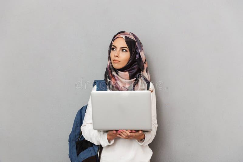 一个聪明的年轻阿拉伯女学生的画象 免版税库存照片