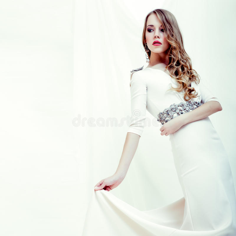 一个肉欲的女孩的纵向一件空白礼服的 免版税库存图片