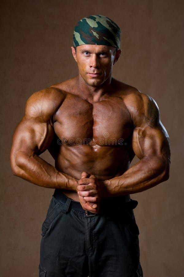 一个肌肉人的画象有赤裸躯干的 库存图片