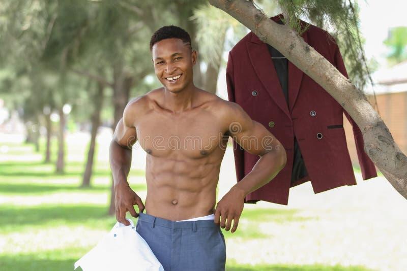 一个肌肉和适合的男性黑模型 免版税库存图片