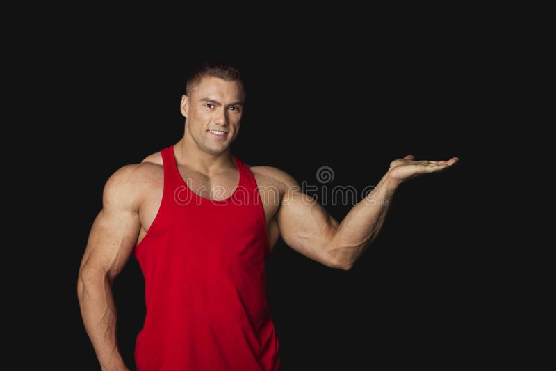 一个肌肉英俊的人的画象黑色的 免版税库存图片