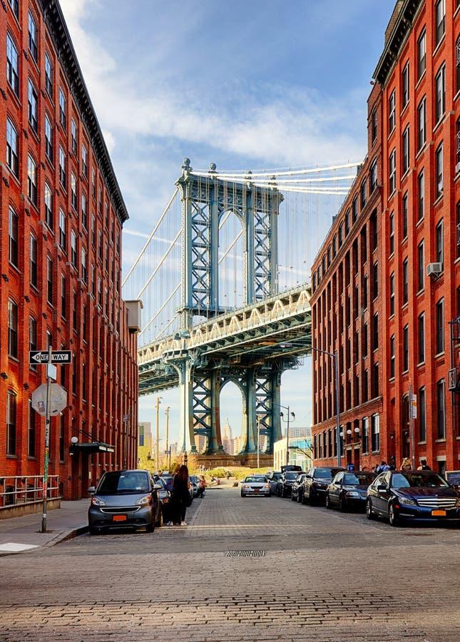 从一个胡同的曼哈顿桥梁在布鲁克林,纽约 图库摄影