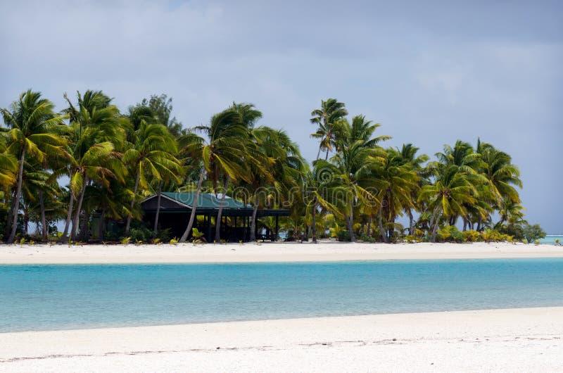 一个脚海岛邮局在Aitutaki盐水湖库克群岛 免版税库存图片