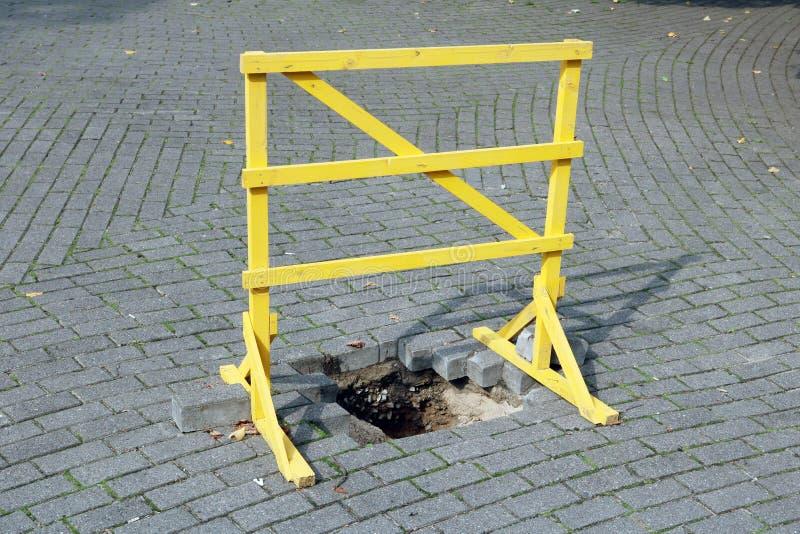 一个自创木黄色障碍 免版税库存图片