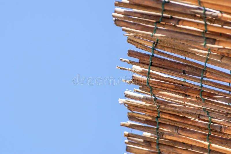 一个自创海滩机盖由钩针编织制成在金属框架 一个干燥爬行物的屋顶 从干燥竹子,藤茎的盖子或 免版税库存照片