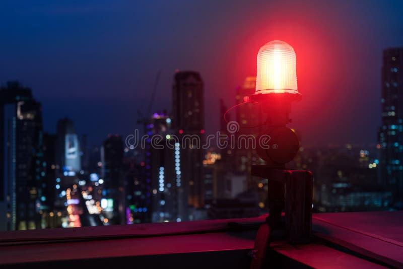 一个航空器警告灯的特写镜头在高层顶部的 免版税库存照片