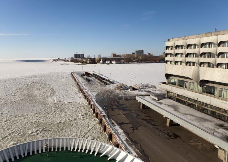 从一个船板的看法在大厦海洋驻地(海港)在港口和停泊在冬天 彼得斯堡俄国st 免版税库存照片