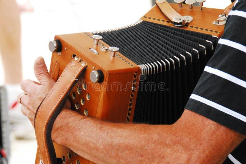一个节日的手风琴球员在法国 库存照片