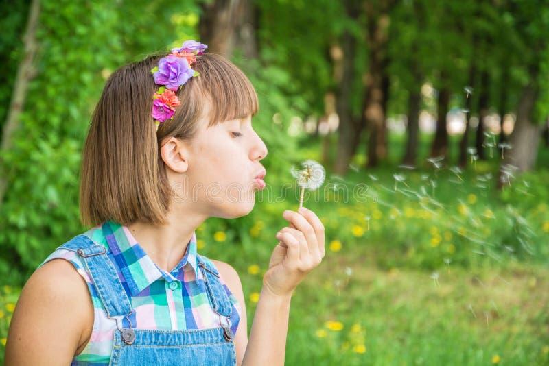 一个花圈的十几岁的女孩在她的头 库存图片