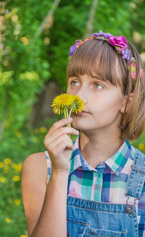 一个花圈的十几岁的女孩在她的头 图库摄影