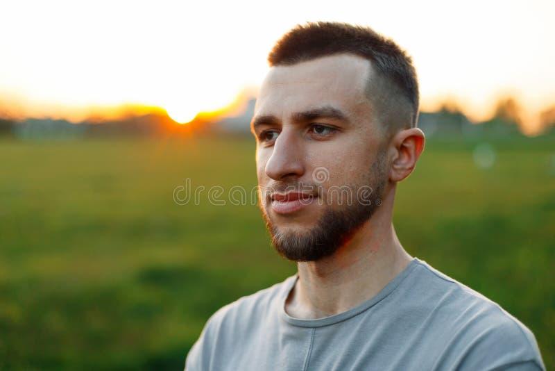 一个英俊的人的生活方式画象有一个胡子的在自然 免版税库存图片