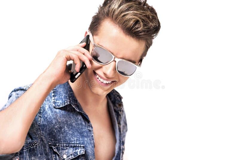 一个英俊的人的画象谈话在电话 图库摄影