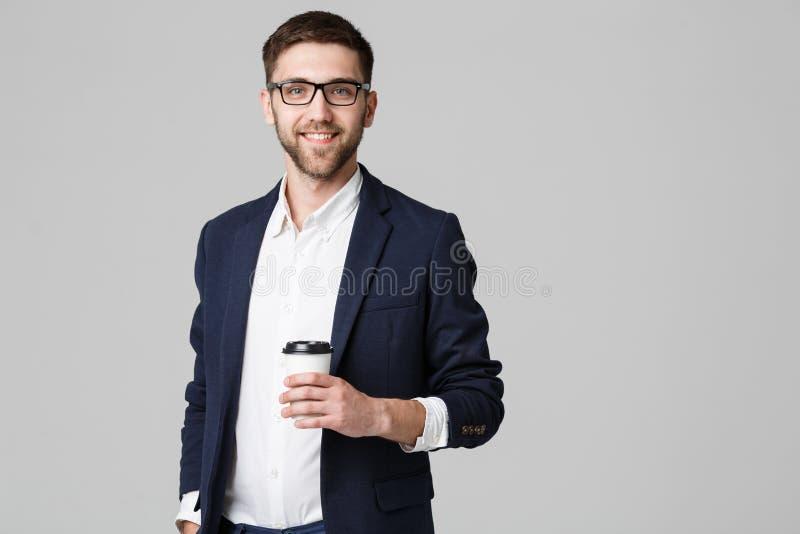 一个英俊的商人的画象在镜片的有一杯咖啡的 免版税库存照片