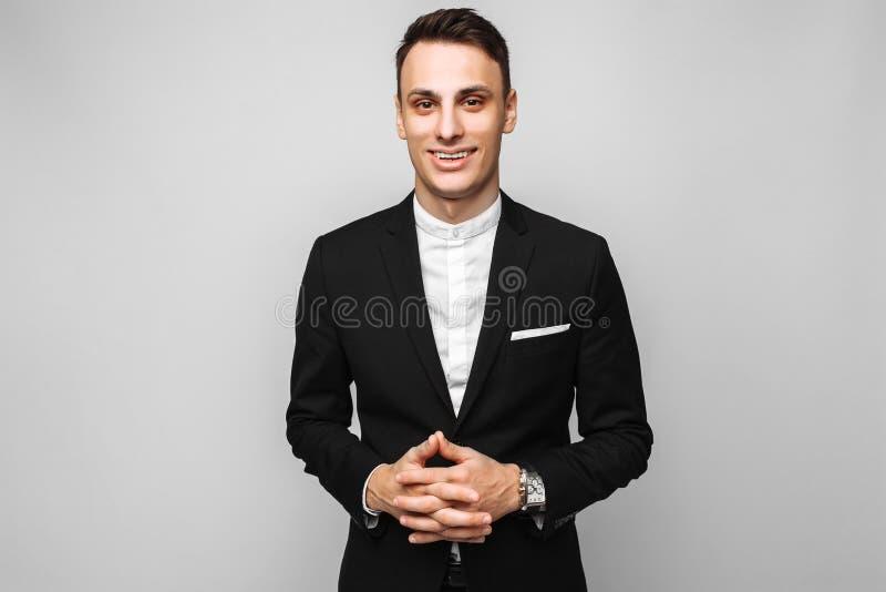一个英俊的年轻商人的画象,男性,在经典bl 免版税图库摄影