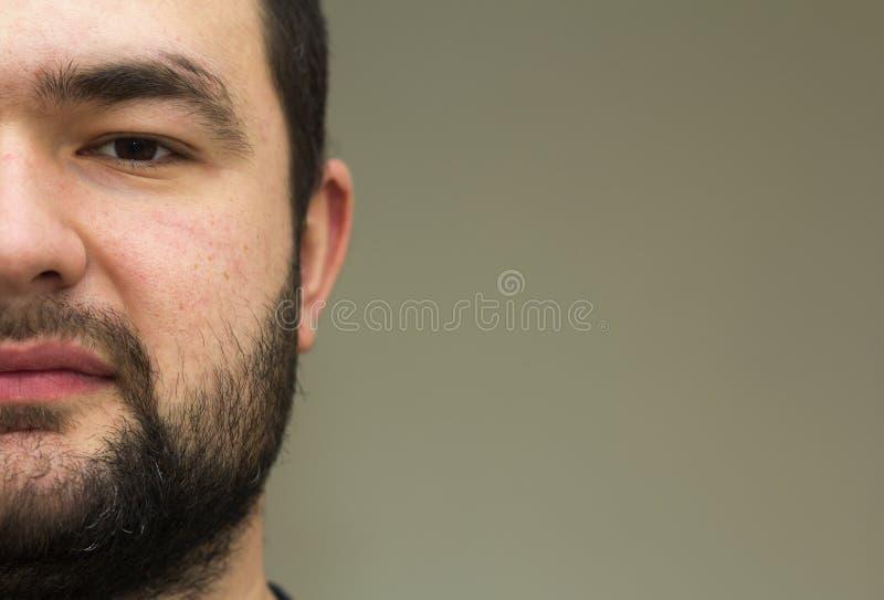 一个英俊的年轻有胡子的人的画象 部分视图 库存图片