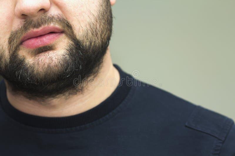 一个英俊的年轻有胡子的人的胡子的特写镜头视图 库存照片