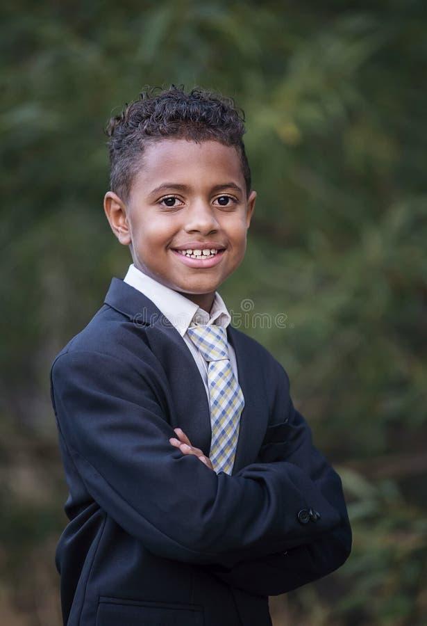 一个英俊的年轻非裔美国人的男孩的画象正式衣物的 库存图片