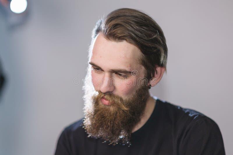 ?? 一个英俊的有胡子的人的画象 免版税库存图片