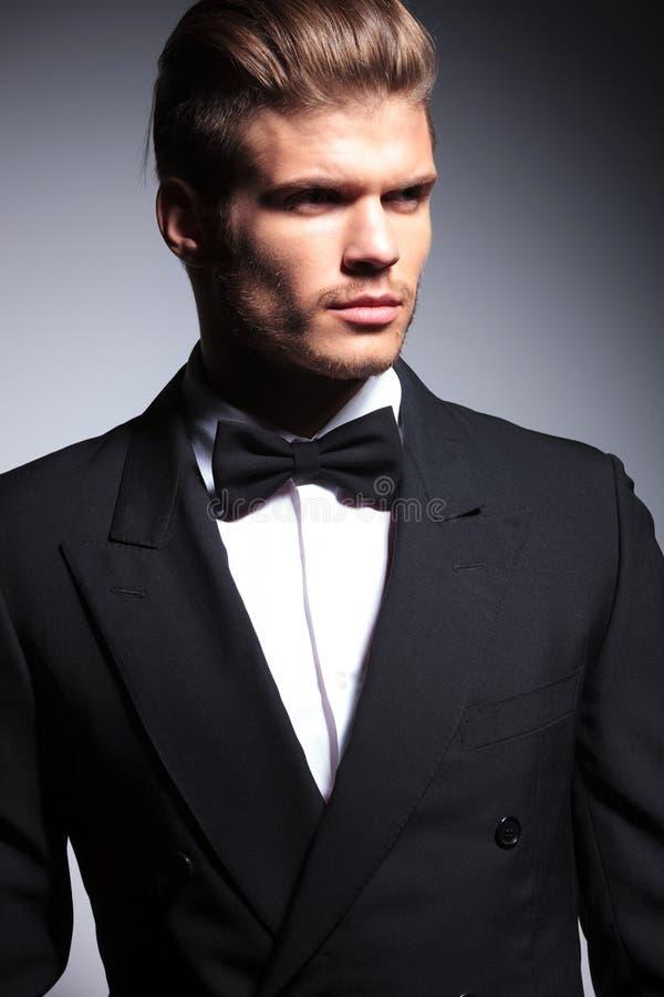 一个英俊的白种人人的面孔无尾礼服的 免版税库存图片