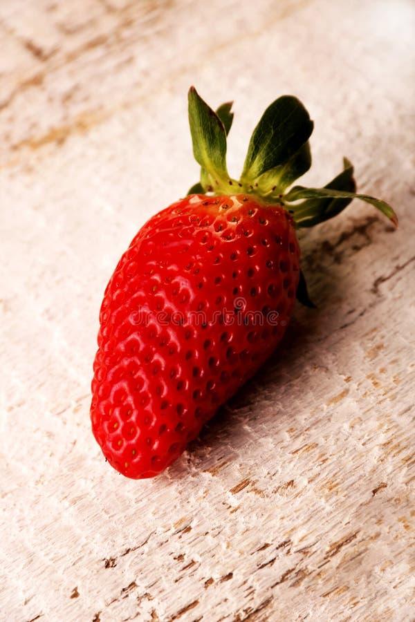 一个草莓在白色木桌背景结果实 免版税库存照片