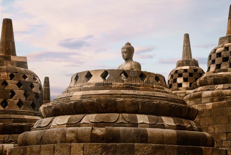 一个菩萨雕象的头在婆罗浮屠寺庙的 库存照片