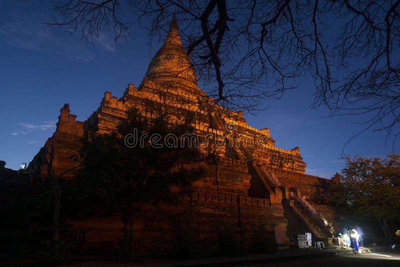 一个著名塔在观看日出和日落,在月亮下的夜景的老蒲甘-缅甸 库存照片